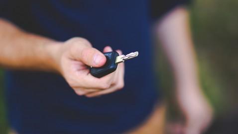 Wynajmujesz samochód w UK? Dowiedz się, jak zaoszczędzić!