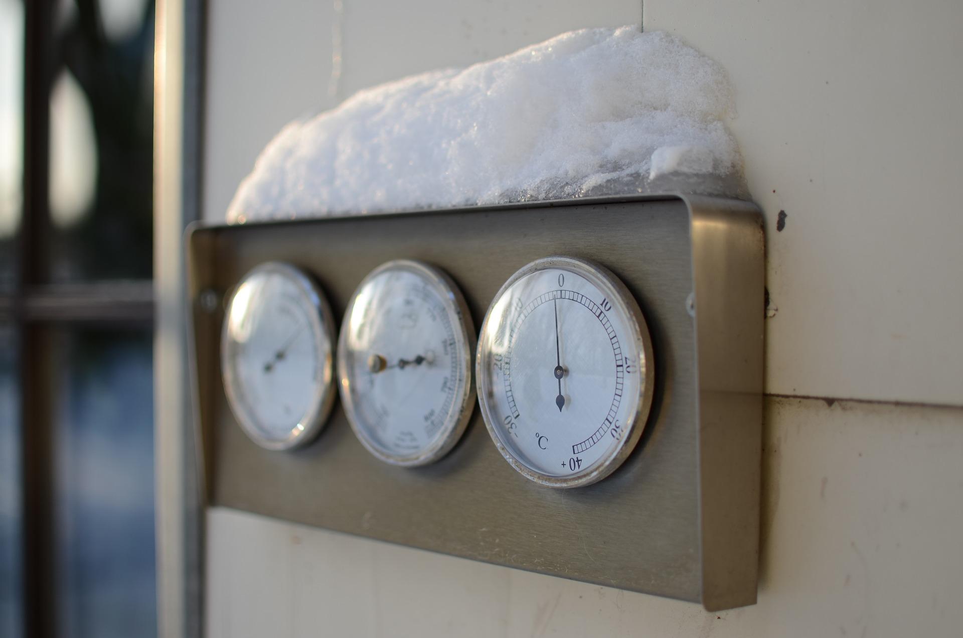 Zimna temperatura za oknem? Poznaj swoje prawa w pracy i możliwe dodatki!